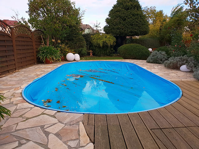 Choosing Between Swimming Pool Covers for the Upcoming Winter Months